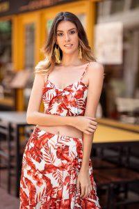 Set de top y falda rojos con estampado tropical color rojo